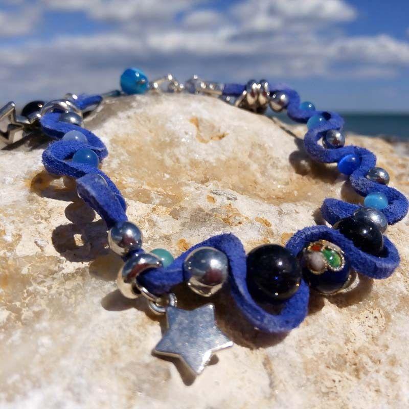 """b3cd90ec4e8a La pulsera hecha y cosida a mano """"STARS"""" proporciona a tu look un toque  místico y romántico. Es una preciosa combinación de color plata y azul  creados por  ..."""