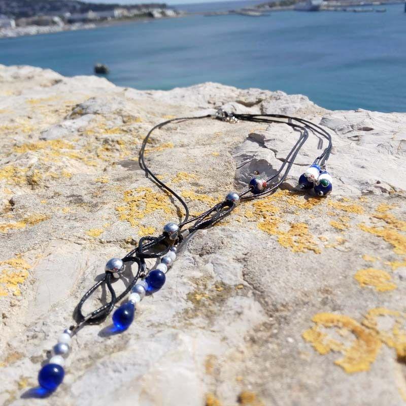 812357a0d5fb El collar hecho a mano Blue Drop combina el negro con el azul intenso del  cristal checo y el cloissone