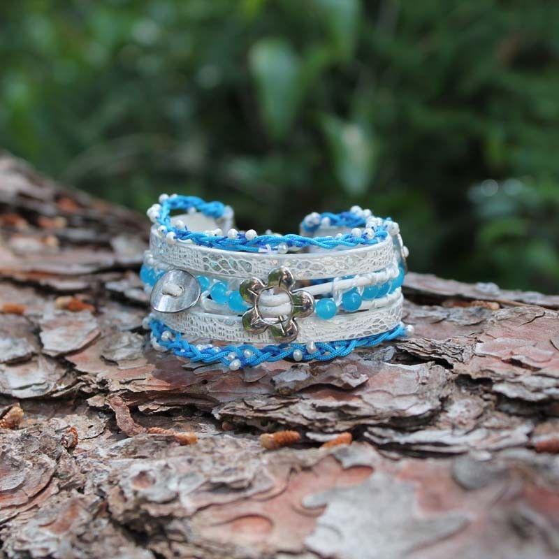 """36dc5feefb67 La pulsera hecha y cosida a mano """"Ocean"""" proporciona a tu look luminosidad  y color. Hecha con cuero blanco con reflejos irisados"""